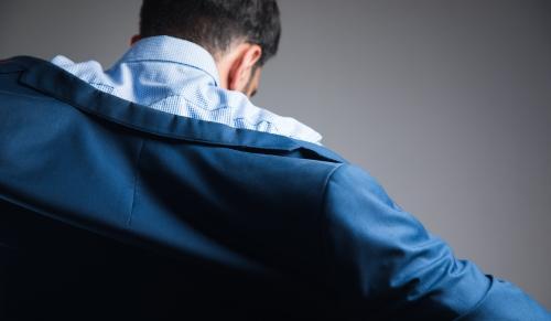 Mann zieht Jacket an