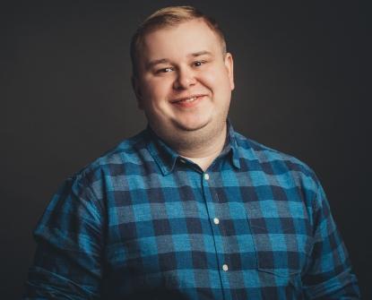 übergewichtiger Mann in kariertem Hemd