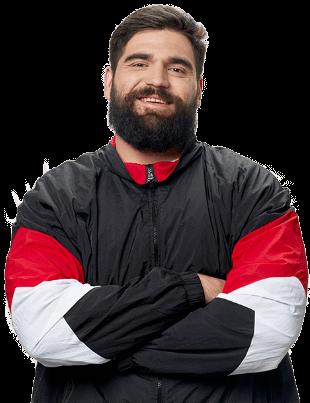Mann mit Bart präsentiert sich in passgenauer Übergrößen-Kleidung